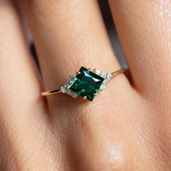 Nhẫn đá màu xanh lục emerald